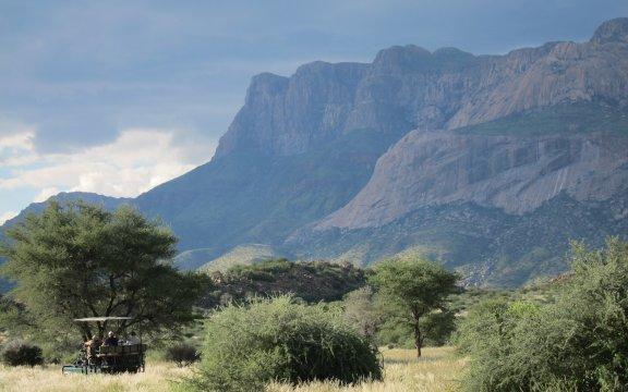 Namibia-Hohenstein-Lodge-Wanderung-Im-Jeep