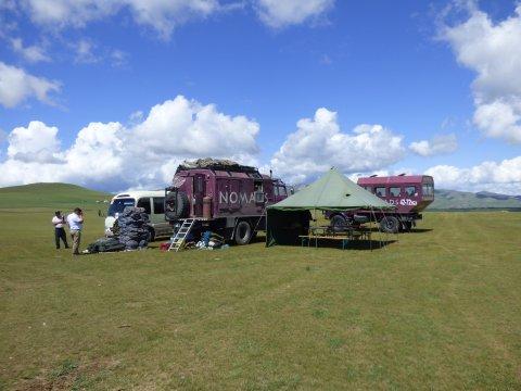 Fahrzeuge vor dem Tsonjin Boldog-Hügel