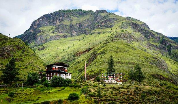Grüner Bergrücken im Tal von Thimphu
