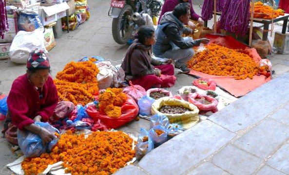 Verkauf von orangefarbenen Blumenketten