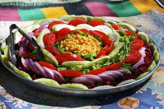 Salatkreation beim Trekking in Algerien