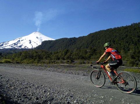 Chile-Biken-unter-dem-Vulkan-Villarica