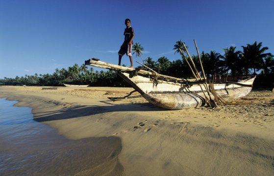 Fischerboot am Sandstrand von Hikkaduwa