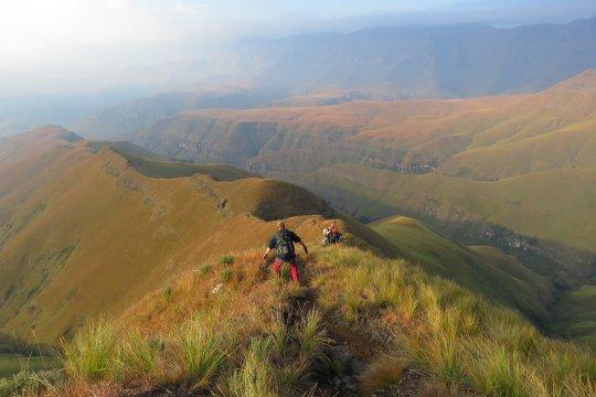 Südafrika-Abstieg-Drakensberge-Hügelspitze