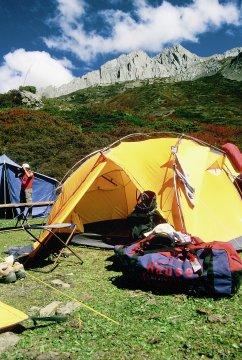 Camping ? time, Hauser Tasche vor Zelt