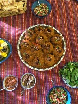 Traditionelle Köfte mit Beilagen auf Tischtuch