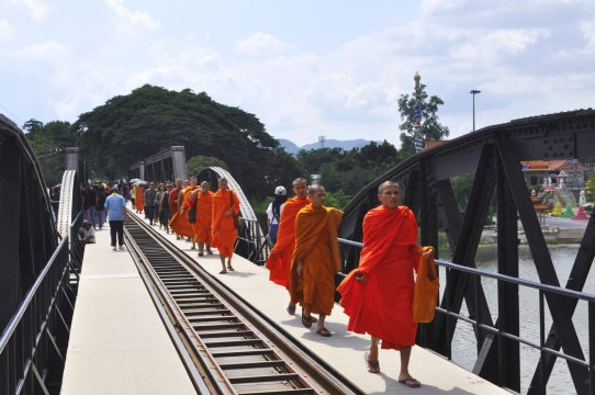 Mönche auf der Brücke am Kwai_2