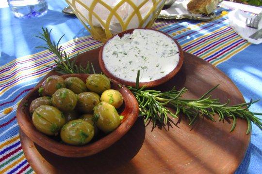 Frischer Ziegenkaese und Oliven