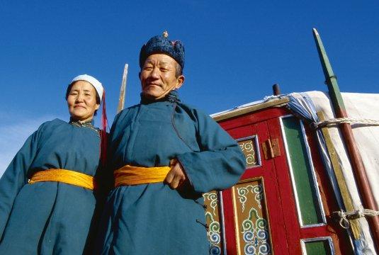 Mongolisches Paar vor Ihrer Jurte