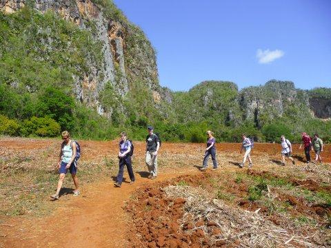 Wandern zwischen Mogotes im Parque Nacional Valle de Vinales.