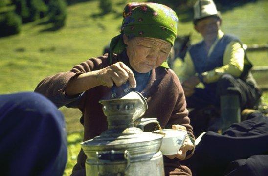 Kirgisin beim Tee-Zeremonie