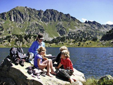 Pyrenäen Picnic am See