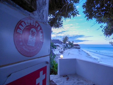 Tansania-Sansibar-Red-Monkey-Lodge-Strand-am-Abend-mit-Sticker