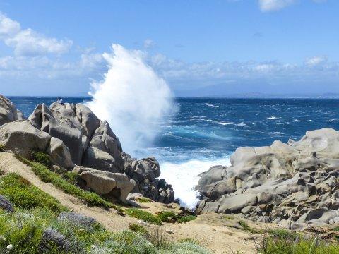 Peitschende Wellen am Capo Testa