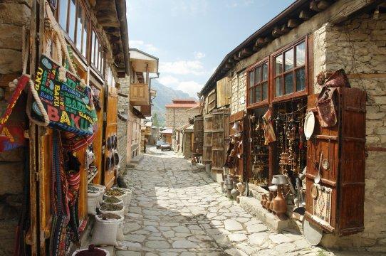 Steingepflasterte Gasse im Dorf Lahic