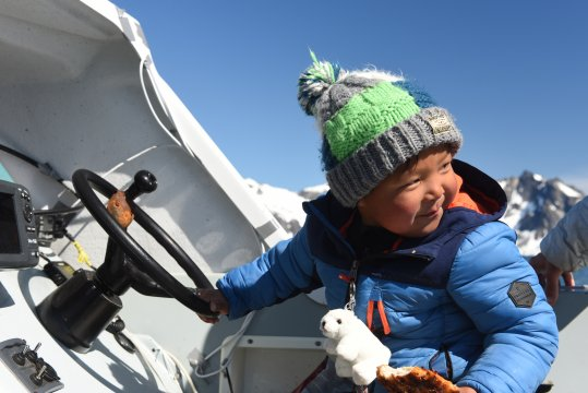 Bootsfahrt mit Inuitkind
