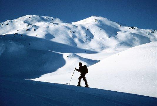 Skitouren, Skibergsteiger im Schatten
