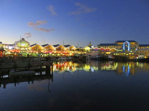 Suedafrika Kapstadt V and A Waterfront at night