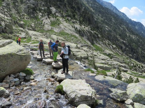 Überquerung Gebirgsbach in den Pyrenäen