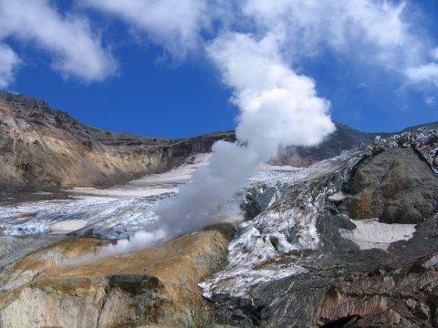 Weiße Fumarolen des Vulkans Mutnovski