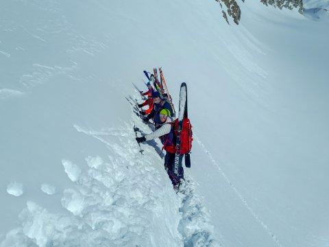 Österreich-Alpen-Skitour-Ski-am-Rucksack