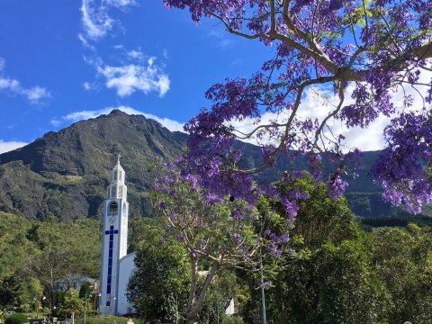 Kirche-von-Cilaos-zur-Jacarandablüte
