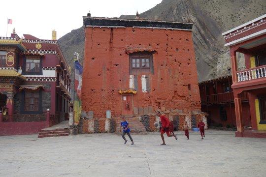Spielende Kinder auf dem Vorplatz einer Gompa