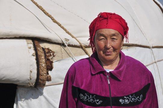 Kirgisische Nomadin vor einer Jurte