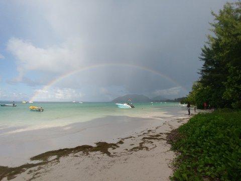 Seychellen-Regenbogen-an-der-Côte-d'Or-Praslin