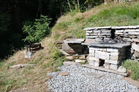Tessin-Steingrill-und-Feuerschale