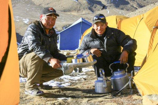 Mannschaft bei Teeausgabe