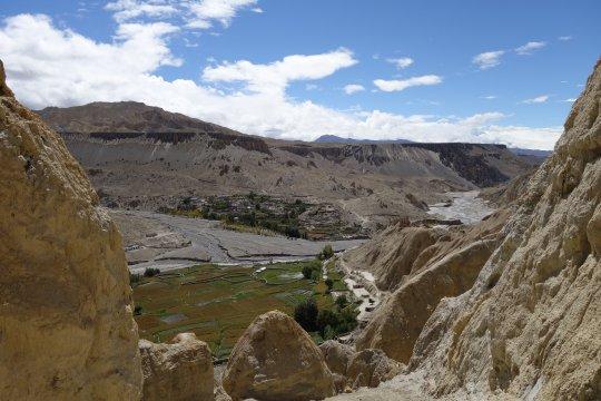 Karge Felsen und grüne Oase in Mustang