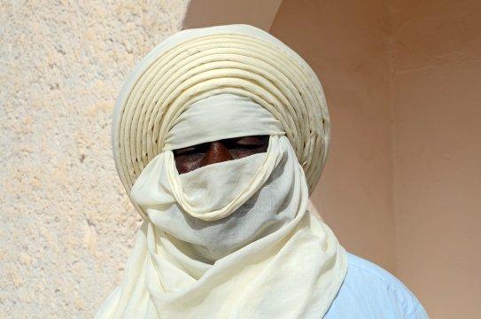 Algerien - stolzer Tuareg mit typischem Tagelmoust