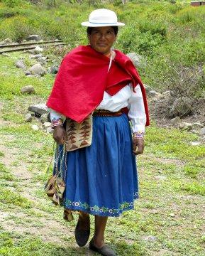 Frau in Tracht Ecuador_2