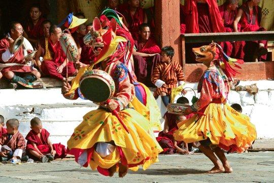 Sprungstarke Tänzer beim Klosterfest