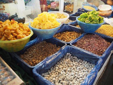 Bunte Waren auf einem Markt in Duschanbe
