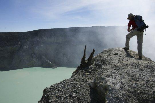 Java Ijen Vulkan Kratersee mit Fotograf