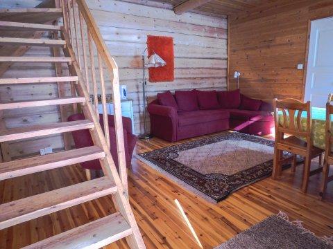 In der Blockhütte der Saija Lodge (2)