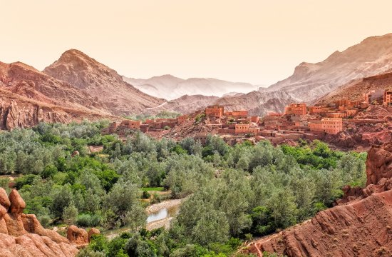 Dades Canyon mit Stadt, Marokko