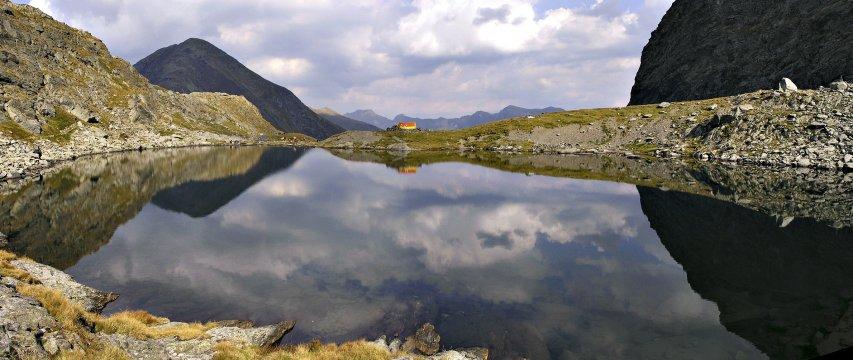 Wolkenspiel im Bergsee