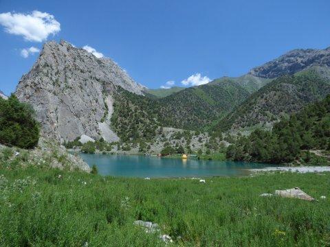 Camp am Chukurak-See von der gegenüberliegenden Seite