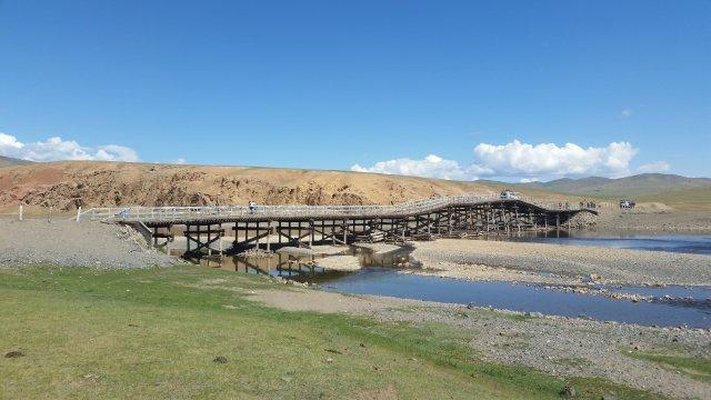 Mongolei-MTB-Alte-Holzbrücke-über-den-Fluß