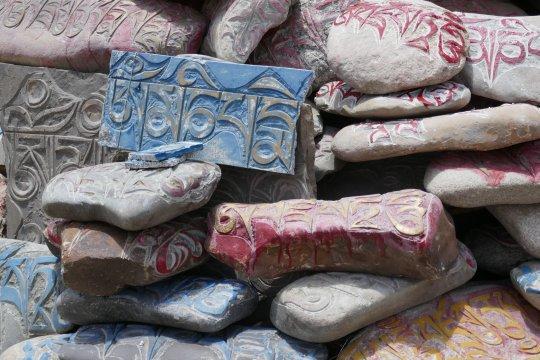 Bunte Mani-Steine auf der Kailash-Kore