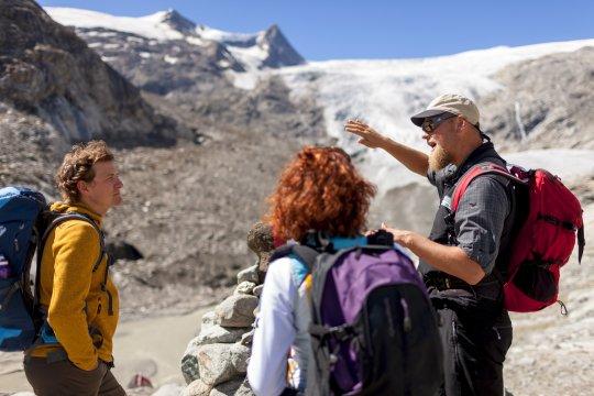 Wanderer am Gletscherweg Innergschlöss