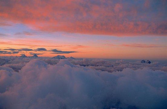 Blick am Morgen vom Elbrus zu den 5000er des bezengi und den Uschba-Zwillingsgipfeln