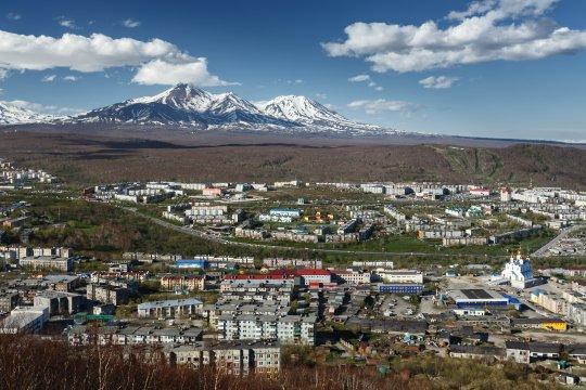 Petropavlovsk mit den Vulkanen Avacha und Kozelsky im Hintergrund