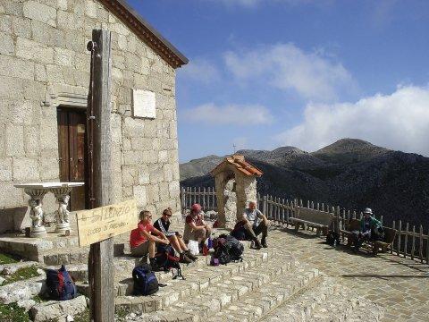 Monte Cervati mit Wallfahrtskirche Madonna delle Neve