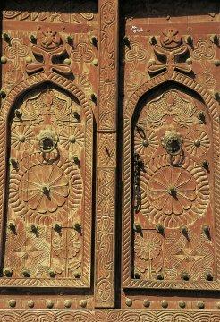 Tür mit Holzschnitzereien im Jemen