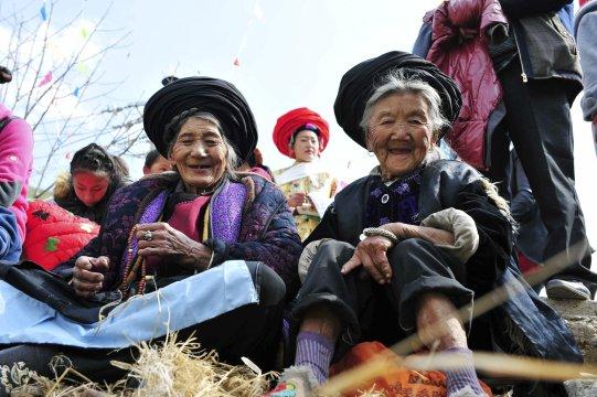 Zuschauerinnen beim Tibetischen Pferdefest in Yunnan