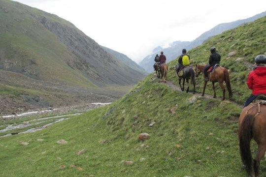 Hintereinander auf den Pferden unterwegs